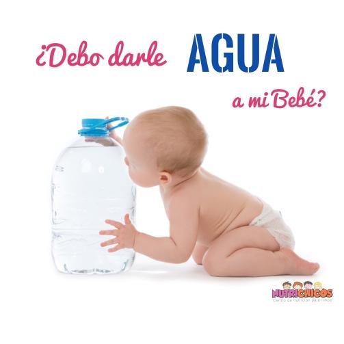 bebe con agua